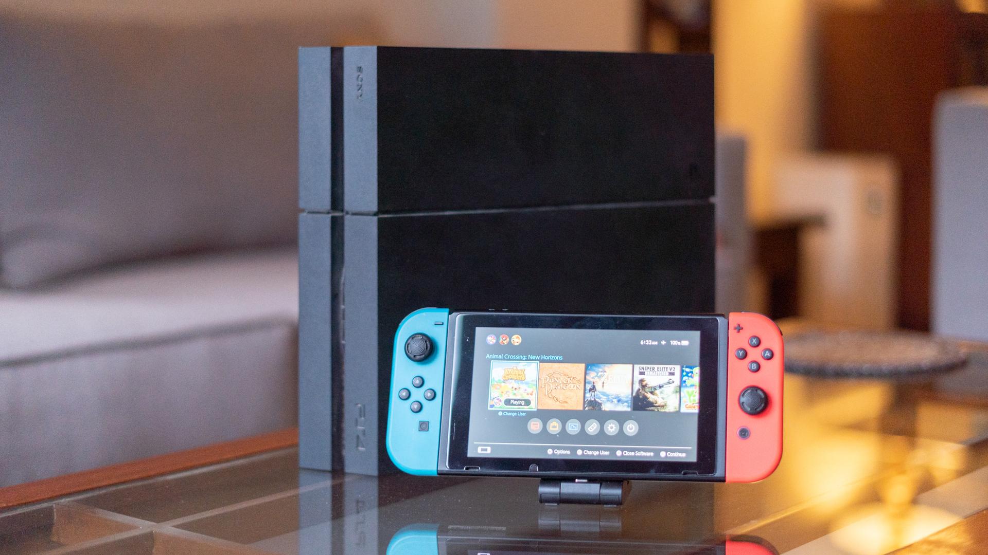 Colpo di confronto frontale di PlayStation 4 e Nintendo Switch