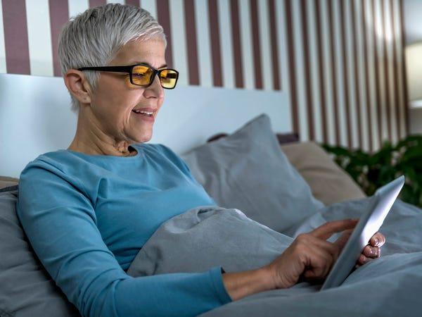 Donna che indossa occhiali a luce blu
