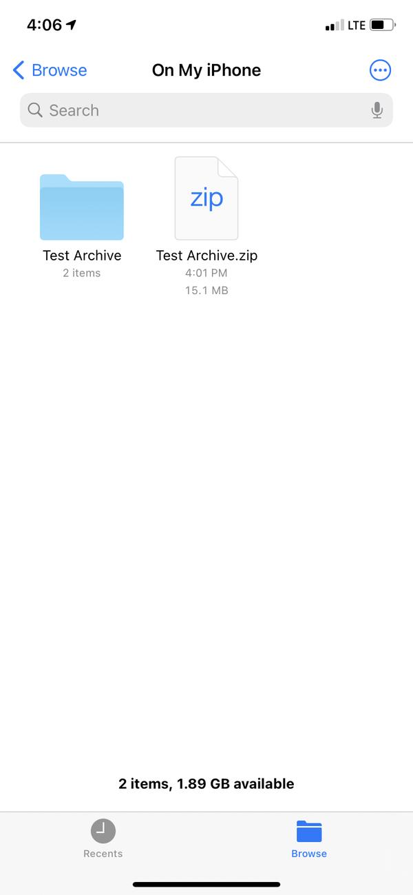 """L'app per i file iPhone con due file mostrati, uno dei quali è un file ZIP chiamato """"Test Archive"""" e l'altro è un file decompresso chiamato anche """"Test Archive""""."""