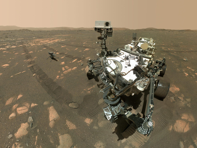 il rover perseverante su Marte si fa un selfie con l'elicottero dell'ingegno
