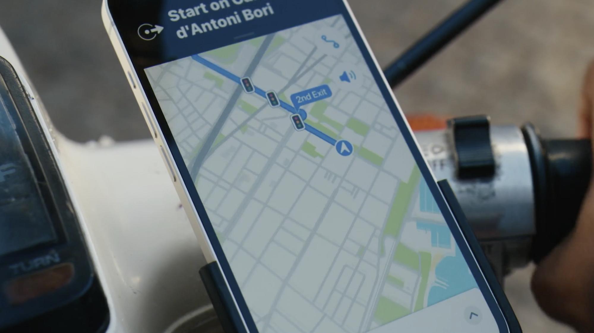 Apple monta iPhone sulla moto dopo aver detto a tutti di non farlo